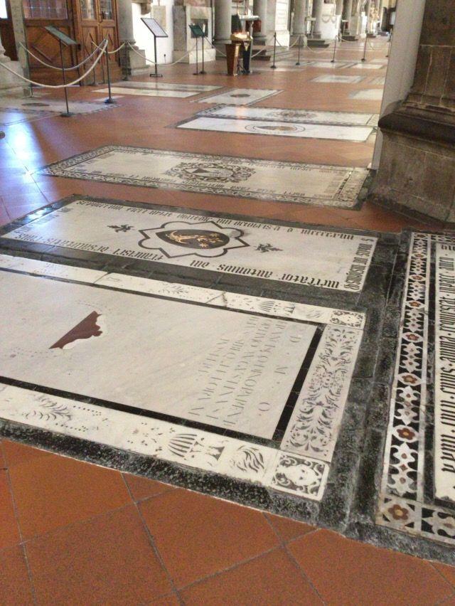 サンタ・クローチェ教会 床に並ぶ墓標