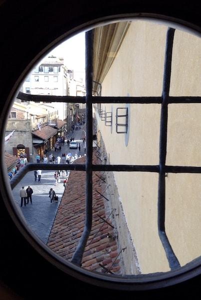ヴァザーリの回廊 ヴェッキオ橋の上 窓より