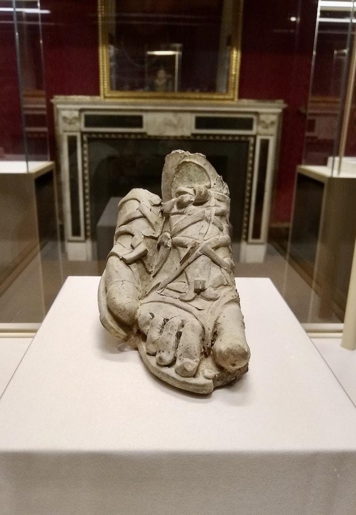 古代彫刻 サンダルを履いた足