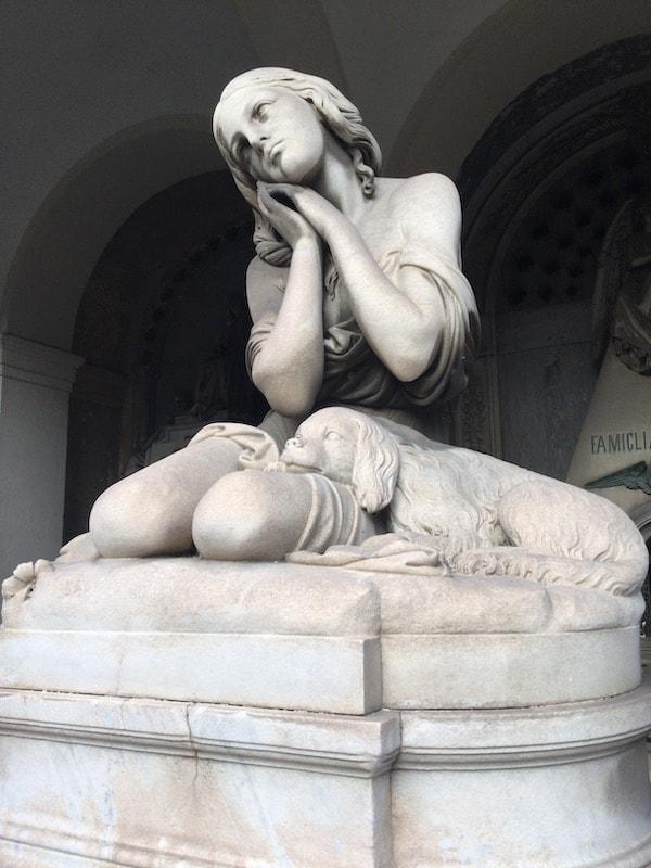 スタリェーノ墓地 犬と女性