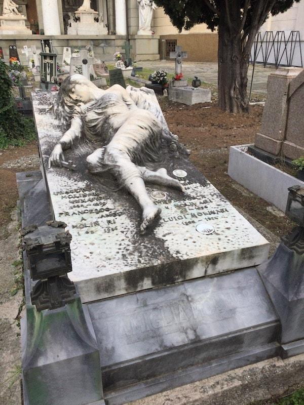 スタリェーノ墓地 女性の墓